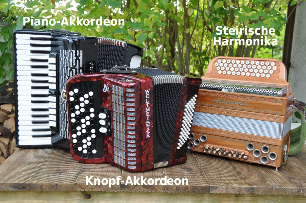 Akkordeons und Harmonika beschriftet